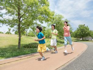 ジョギングする家族の写真素材 [FYI01915532]