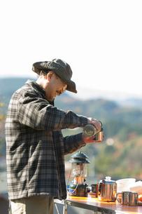 水筒の飲み物を注ぐシニア男性の写真素材 [FYI01915540]