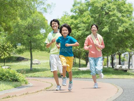 ジョギングする家族の写真素材 [FYI01915550]
