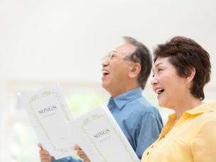 歌を歌うシニア夫婦の写真素材 [FYI01915624]