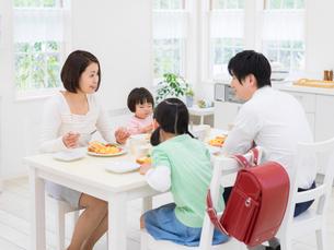食卓を囲む家族の写真素材 [FYI01915763]