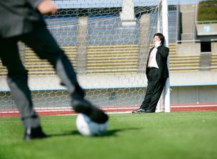 サッカーをするビジネスマンたちの写真素材 [FYI01915800]