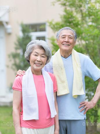 タオルを首にかけたシニア夫婦の写真素材 [FYI01916110]