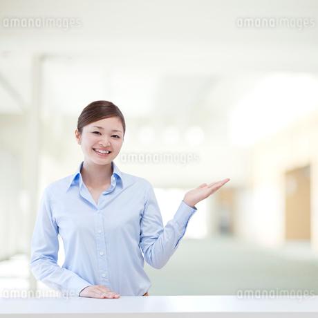 微笑むビジネスウーマンの写真素材 [FYI01916119]