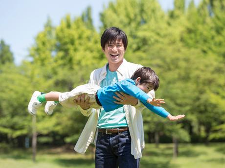 息子を抱き上げる父親の写真素材 [FYI01916245]