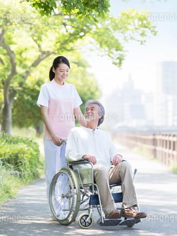 車椅子に乗る患者と介護士の写真素材 [FYI01916266]