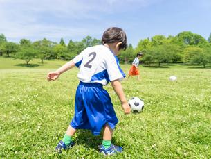 サッカーをする子供の写真素材 [FYI01916287]