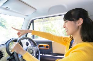 自動車に乗る女性の写真素材 [FYI01916348]
