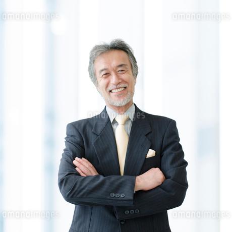 腕組みをして笑うビジネスマンの写真素材 [FYI01916352]