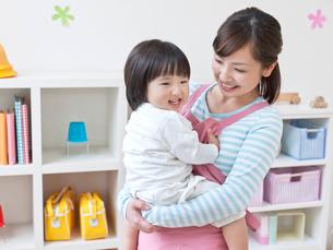 園児を抱いた保育士の写真素材 [FYI01916417]
