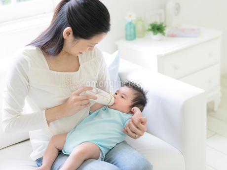 赤ちゃんにミルクを飲ませる母親の写真素材 [FYI01916524]
