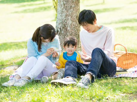 レジャーシートに座る日本人家族の写真素材 [FYI01916560]