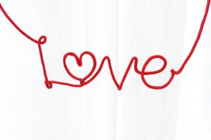 赤い紐で作ったLOVEの文字の写真素材 [FYI01916800]