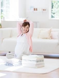 座って伸びをする妊婦の写真素材 [FYI01916812]