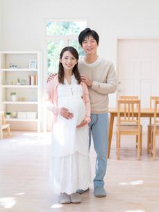 寄り添う夫婦の写真素材 [FYI01916881]