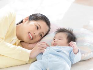 手を繋いで寝る母親と赤ちゃんの写真素材 [FYI01917004]