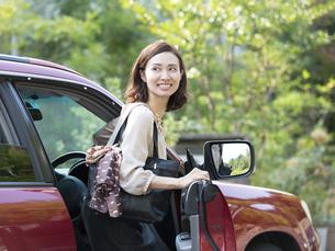 車に乗る日本人の女性の写真素材 [FYI01917031]