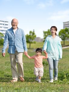 手を繋いで歩く三世代家族の写真素材 [FYI01917147]