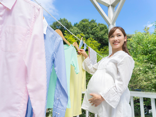 洗濯物を干す妊婦の写真素材 [FYI01917183]