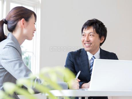 打ち合わせをするビジネスマンとビジネスウーマンの写真素材 [FYI01917227]