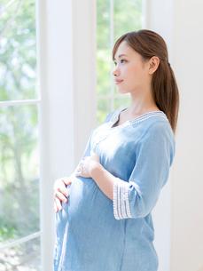 お腹に手をあてる妊婦の写真素材 [FYI01917313]