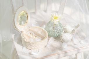 イスの上の宝石箱と花の写真素材 [FYI01917336]