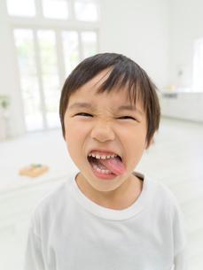 舌をだす男の子の写真素材 [FYI01917386]