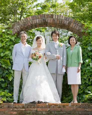 笑顔の新郎新婦と両親の写真素材 [FYI01917524]