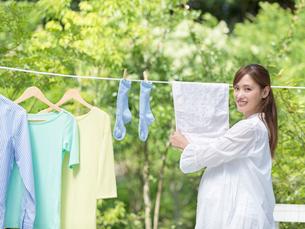 洗濯物を干す妊婦の写真素材 [FYI01917545]