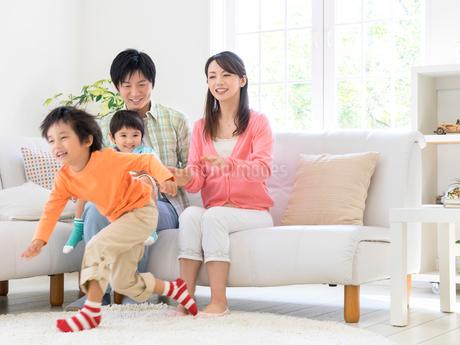 ソファに座る親子の写真素材 [FYI01917620]