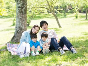 レジャーシートに座る日本人家族の写真素材 [FYI01917646]