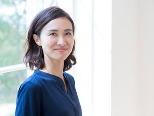 日本人の40代の女性の写真素材 [FYI01918061]