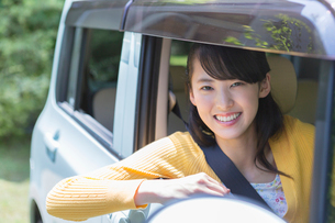自動車に乗る女性の写真素材 [FYI01918139]