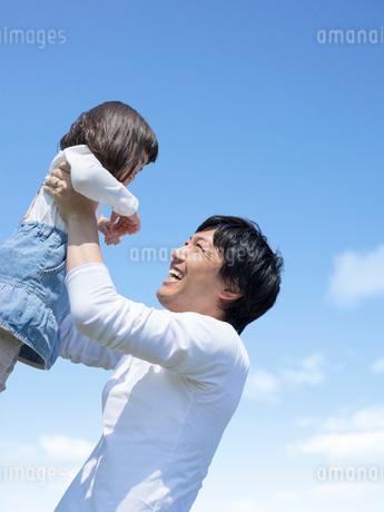 娘を抱き上げる父親の写真素材 [FYI01918315]