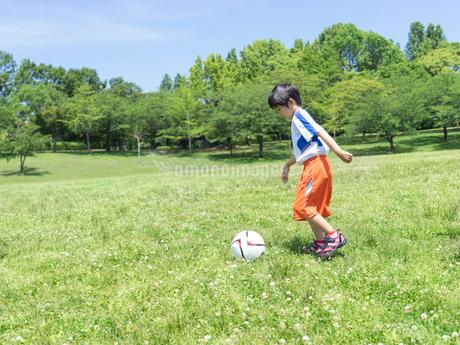 サッカーをする子供の写真素材 [FYI01918341]