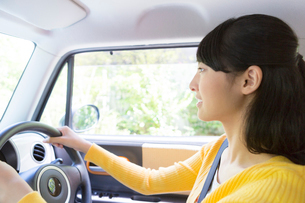自動車に乗る女性の写真素材 [FYI01918365]