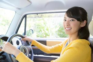 自動車に乗る女性の写真素材 [FYI01918397]
