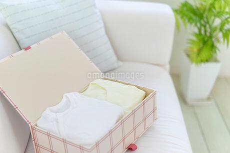 箱に入れられたベビー服の写真素材 [FYI01918508]