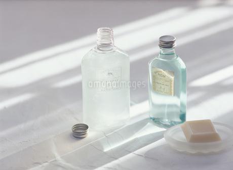 化粧水の瓶と石鹸の写真素材 [FYI01918692]