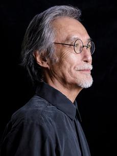 眼鏡をかけたシニア男性の横顔の写真素材 [FYI01918777]