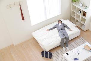 ベッドに寝る男子高校生の写真素材 [FYI01918782]