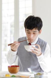 朝食を食べる男子高校生の写真素材 [FYI01918853]