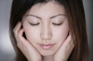 目を閉じる女性の写真素材 [FYI01918905]