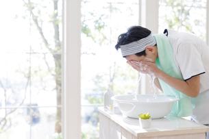 洗顔をする男子高校生の写真素材 [FYI01918963]