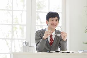眼鏡を持つ男子高校生の写真素材 [FYI01919364]