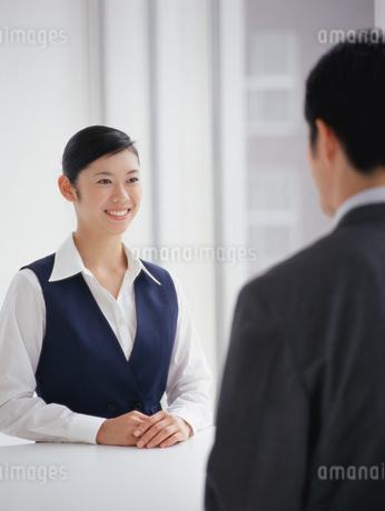 笑顔で対応する女性の写真素材 [FYI01919469]
