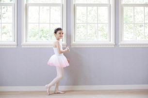 窓辺に立つバレリーナの女の子の写真素材 [FYI01919661]