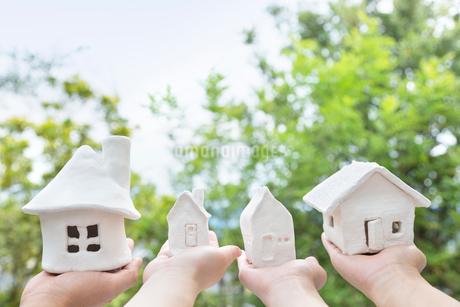 家の模型をのせた手の写真素材 [FYI01919690]