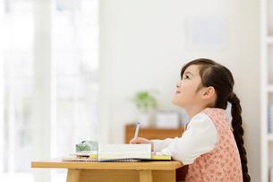 机に向かう女の子の写真素材 [FYI01919695]