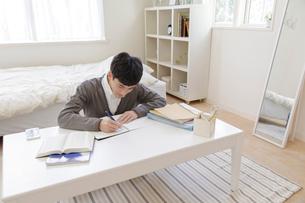 部屋で勉強する男子高校生の写真素材 [FYI01919720]